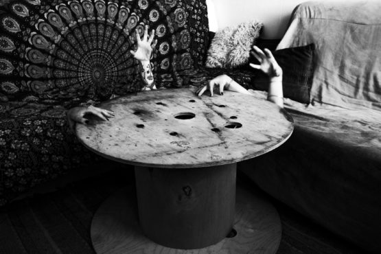 Photographie de table entouré de différents bras