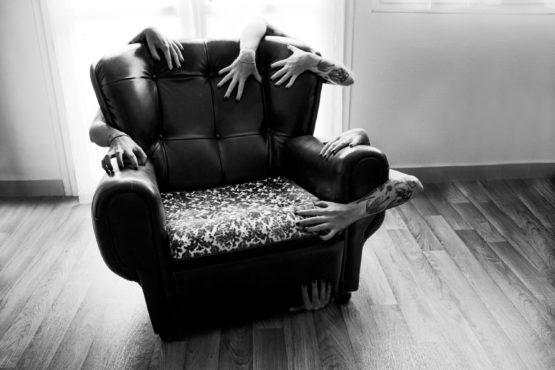 Photographie de fauteuil entouré de différents bras