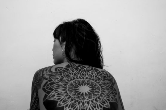 Portrait de dos d'une femme tatouée