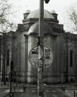 Photographie de cathédrale avec panneau au milieu